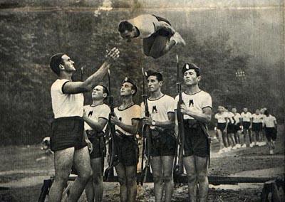 En la fotografía, jóvenes italianos hacen gala de su destreza, característica deseable en todo varón fascista.