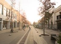 Fig. 3: Calle Uno Norte, arteria principal del comercio talquino, un domingo a mediodía. Fuente: Ricardo Greene.