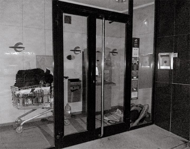Fig. 1: Un nómada encuentra refugio dentro del espacio diseñado para ubicar un cajero automático.