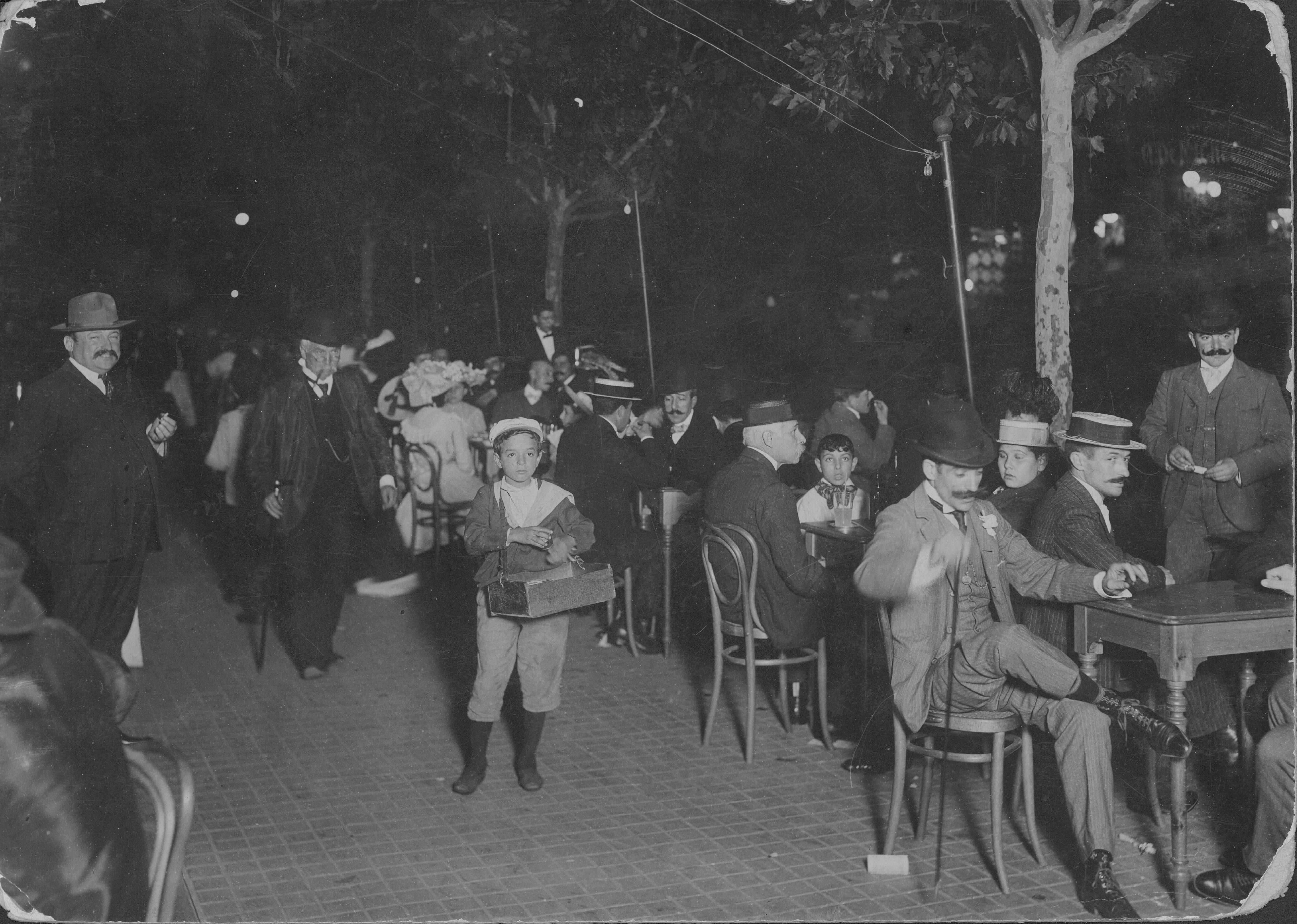 Año nuevo 1903. Avenida de Mayo, Buenos Aires.Autor desconocido. Colección Archivo General de la Nación.
